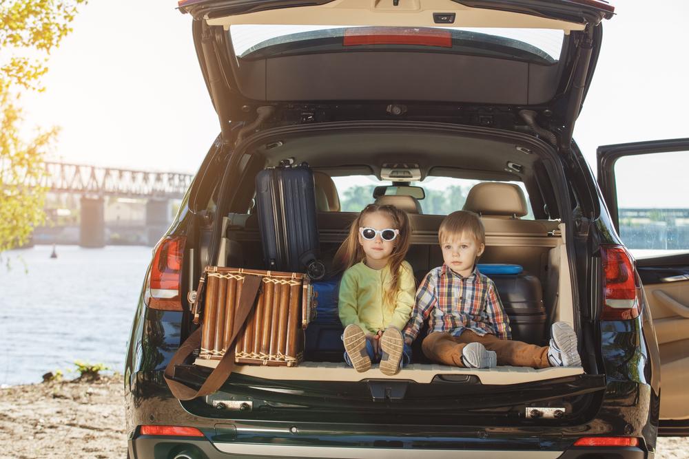 havalimanında araç kiralama, araç bagajında çocuklar