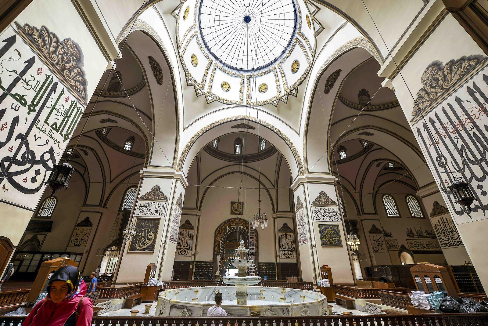 Ulu Camii iç mekan, Bursa, Türkiye'de görülmesi gereken yerler