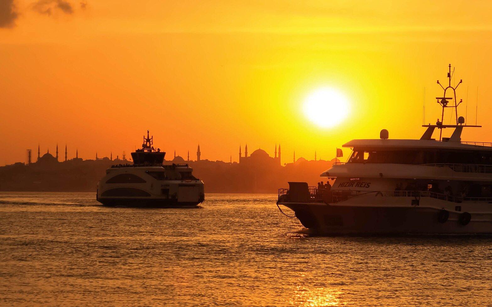 istanbul manzara fotoğrafı, gün batımında vapurlar