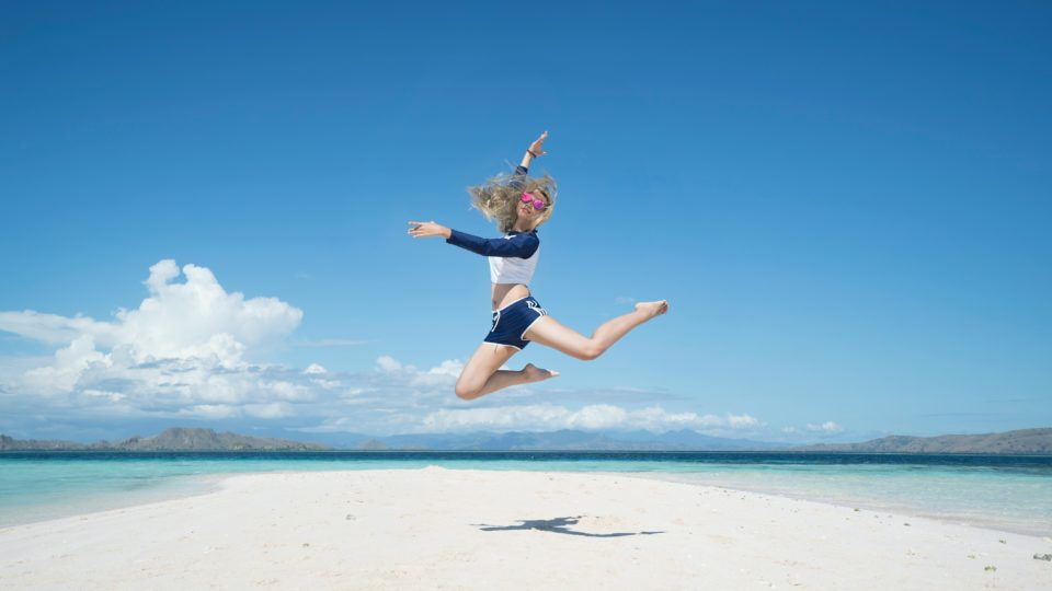 ağustos ayında gezilecek yerler, deniz, plaj, zıplayan kadın
