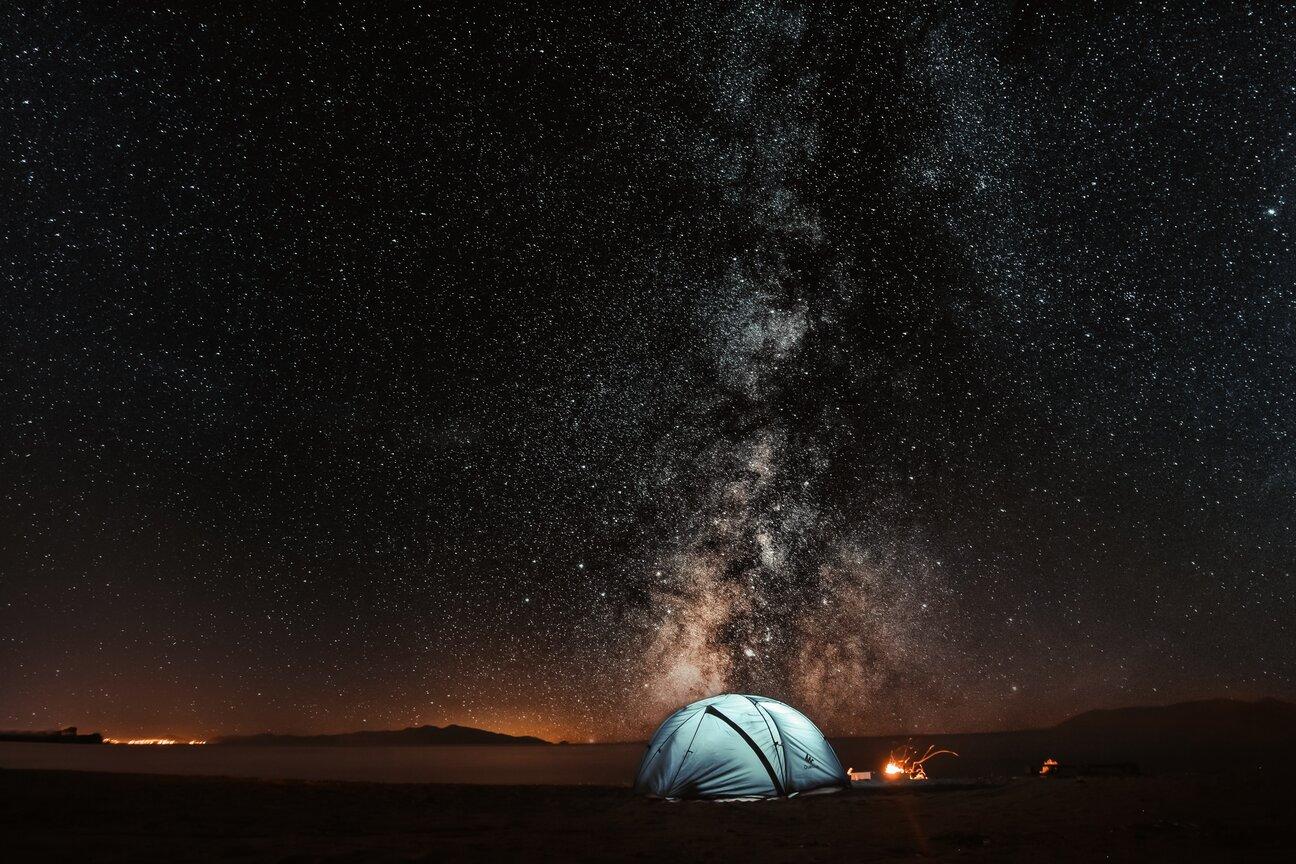 arkadaşlarla tatile gitmek, yıldızlar altında kamp