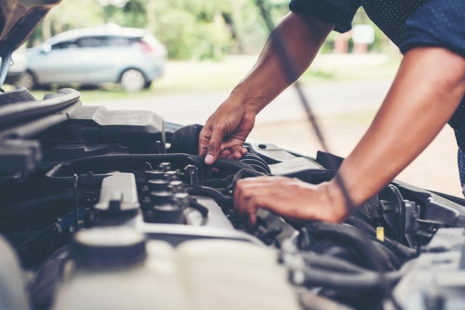 sandık motor nedir, araba motoruna bakan insan