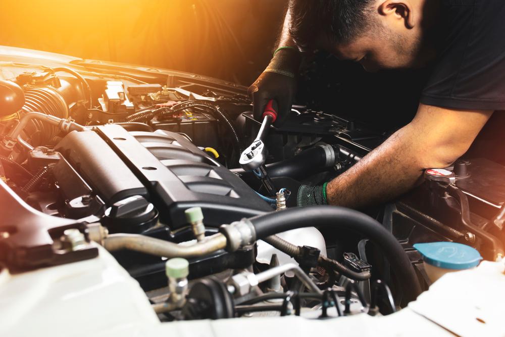 araç sıvıları nelerdir, araç sıvı bakımı nasıl yapılır, kaput içini kontrol eden oto tamircisi