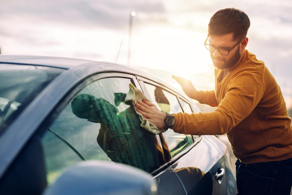araç temizliği nasıl yapılır, arabanın camlarını temizlemek