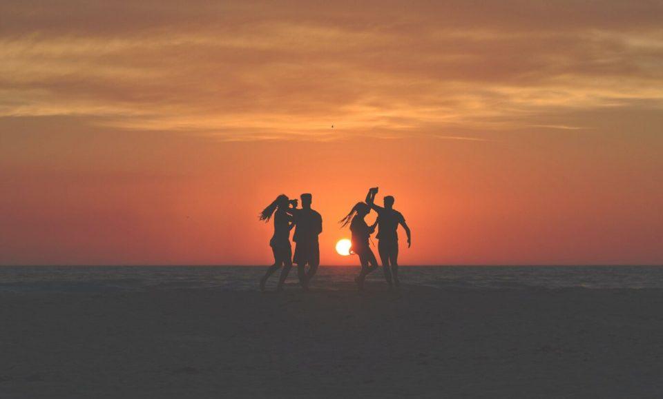 eylül ayında gezilecek yerler, gün batımında dans eden gezginler