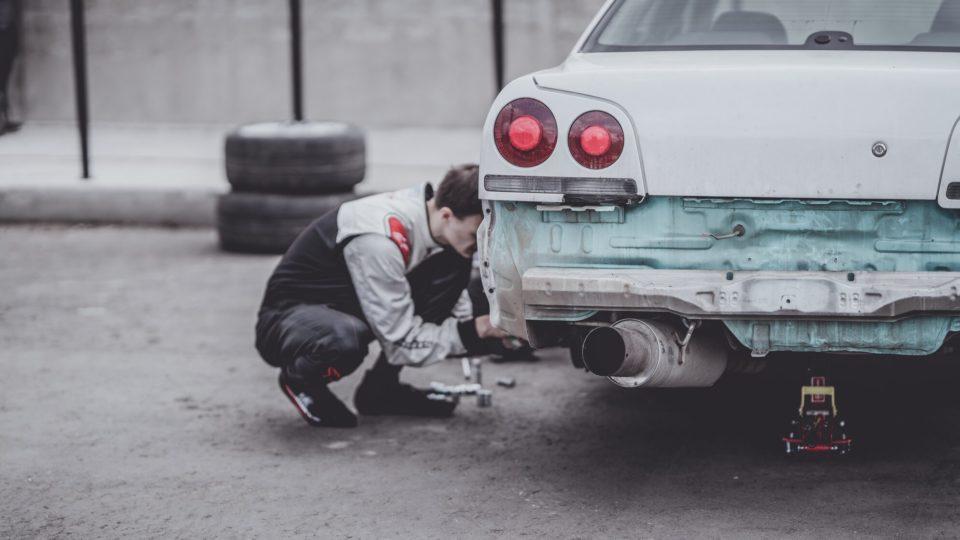 araç bakımı nasıl yapılır? otomobil tamir eden adam