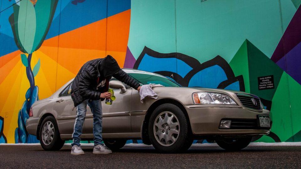 araba temizliği nasıl yapılır, oto temizlik yapan genç erkek
