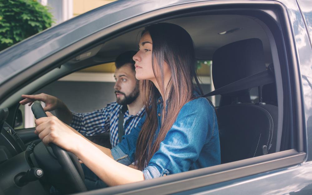 Trabzon'da araba sürme yerleri, genç kadın sürücü ehliyet ve direksiyon eğitimi alıyor