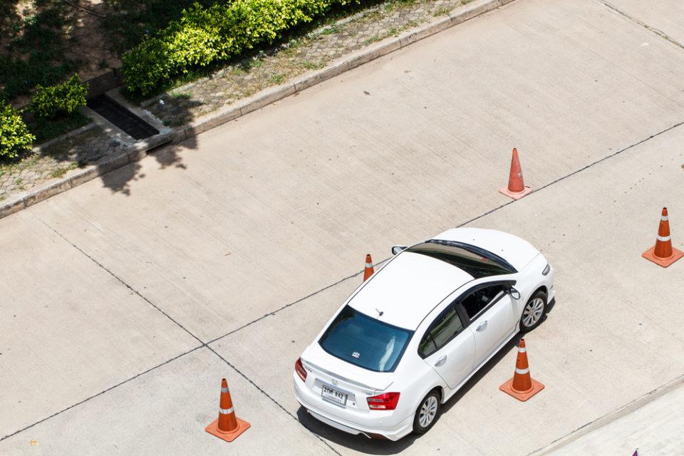 Trabzon'da Araba Sürme Yerleri, ehliyet kursunda beyaz araba eğitim görüyor