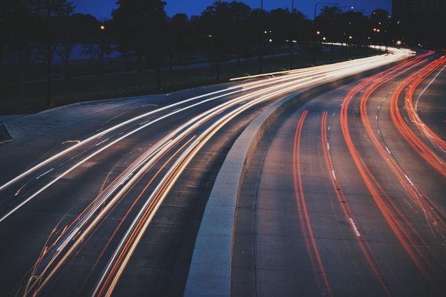 istanbul anadolu yakasında araba sürülecek yerler, gece otobanda araba ışıkları