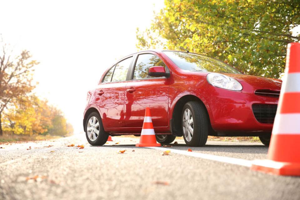 istanbul'da araba sürülecek yerler, direksiyon eğitim, kırmızı araba, sürüş eğitimi, sürücü kursları