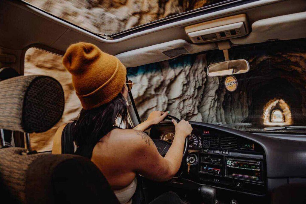kimler araç kiralayabilir? arabayla tünele girmek, otomobil kullanan kadın sürücü